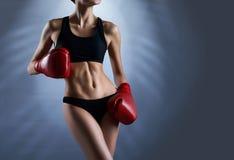 一位女性拳击手的热和性感的坚强的身体 库存图片