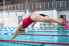 一位女性游泳者的画象 免版税库存图片
