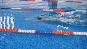 一位女性游泳者移动在水面下一个慢动作 股票视频