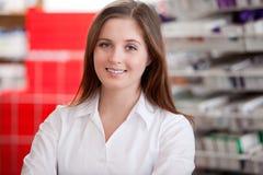一位女性药剂师的画象药房的 图库摄影