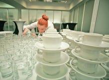 一位女服务员在工作 免版税图库摄影
