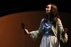 一位女演员和她的剪影,与一把刀子在手上,戏剧在喜剧莎士比亚董事的 免版税库存图片