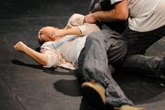 一位女演员,在被毒害的地板的,巴塞罗那剧院学院以后 免版税库存照片