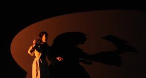 一位女演员,有一把刀子的在手上,巴塞罗那剧院学院 免版税图库摄影
