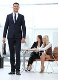 一位实践的律师的画象在办公室的背景中 企业例证JPG人向量 图库摄影