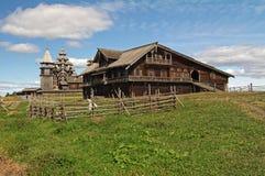 一位富裕的卡累利阿人的农夫的房子 免版税库存图片