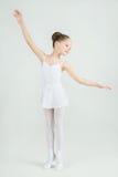 一位小可爱的年轻芭蕾舞女演员在照相机摆在 免版税库存图片
