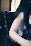 一位小姐坐椅子 免版税库存照片