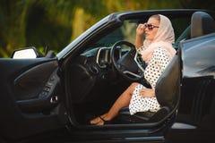 一位小姐的画象一辆黑敞篷车的 免版税库存照片