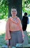 一位小姐的画象看照相机的历史服装的 免版税库存图片
