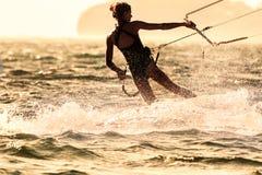 一位少妇风筝冲浪者乘驾 库存照片
