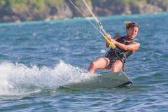 一位少妇风筝冲浪者乘驾 图库摄影