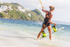 一位少妇风筝冲浪者准备好在蓝色s的风筝冲浪的乘驾 库存照片