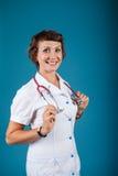 一位少妇医生的画象有听诊器的在演播室 免版税库存照片