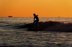 一位少年冲浪者的剪影 免版税库存照片