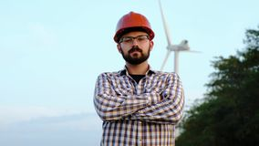 一位工艺工程师的画象在风轮机能源厂 股票视频