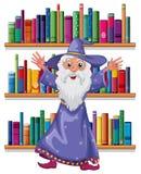 一位巫术师在图书馆里 免版税库存照片