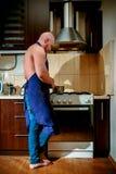 一位年轻人厨师在火炉后站立 免版税库存图片