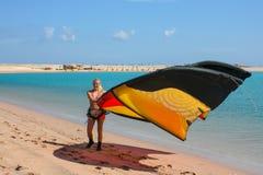 一位年轻女人风筝冲浪者在蓝色海 免版税库存图片