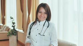 一位年轻女性医生的画象一种好心情的 免版税库存照片