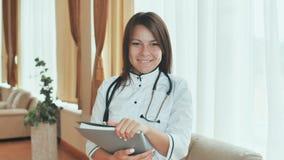 一位年轻女性医生的画象一种好心情的 免版税库存图片