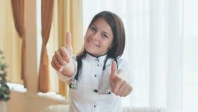 一位年轻女性医生的画象显示赞许的一种好心情的 库存照片