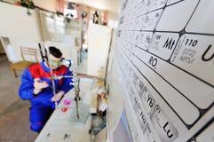 一位年轻科学家对一个化工实验室开展研究 免版税库存照片