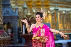一位年轻美丽的泰国舞蹈家的画象 库存照片
