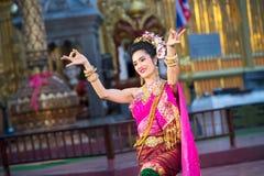一位年轻美丽的泰国舞蹈家的画象 免版税库存图片