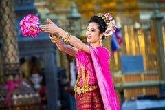 一位年轻美丽的泰国舞蹈家的画象 库存图片