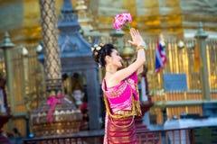 一位年轻美丽的泰国舞蹈家的画象 免版税库存照片