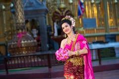 一位年轻美丽的泰国舞蹈家的画象 图库摄影