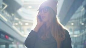 一位年轻行家女性在大购物中心的电话谈话 影视素材