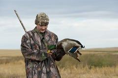 一位年轻鸭子猎人在北达科他 免版税库存照片