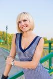 一位微笑的年轻女性的画象 库存照片