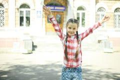 一位快乐的女小学生 库存图片