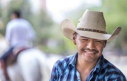 一位愉快的牛仔的画象一个大农场的在墨西哥 免版税图库摄影