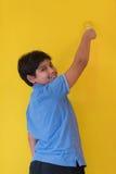 一位愉快的年轻男孩画家的画象 免版税图库摄影