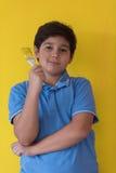 一位愉快的年轻男孩画家的画象 免版税库存图片