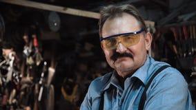 一位成人木匠的画象在商店 股票录像