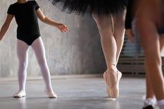 一位成人美丽的芭蕾舞女演员的特写镜头 免版税库存图片