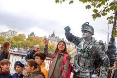 一位战士的生存雕象伦敦` s江边的 免版税库存图片
