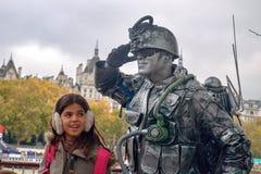 一位战士的生存雕象伦敦` s江边的 免版税图库摄影
