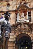 一位战士的雕象有澳大利亚旗子的,香港邮政总局大厦在背景中 库存照片