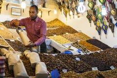 一位推销员在马拉喀什上,摩洛哥Souk市场  免版税库存图片