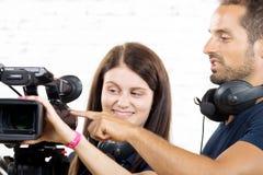 一位摄影师和一个少妇有照相机的 免版税库存图片