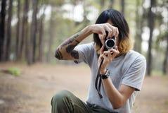 一位摄影师在森林里 免版税库存照片