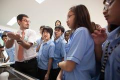 一位教授和他的学生在科学期间分类 库存图片