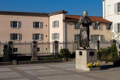 一位教皇的雕象在一个法院围场 免版税库存图片