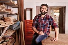 一位木匠工匠的画象在他的木制品演播室 库存照片